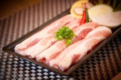 Carne di maiale affettata fresca con la cipolla e la calce sul vassoio immagini stock libere da diritti
