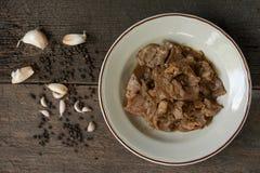 Carne di maiale affettata fritta con aglio e pepe Fotografia Stock