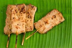 Carne di maiale arrostita con il bastone di bambù sulla foglia della banana Immagine Stock Libera da Diritti