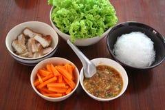 Carne di maiale arrostita con la carota e la lattuga verde Fotografia Stock Libera da Diritti