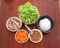 Carne di maiale arrostita con la carota e la lattuga verde Fotografia Stock