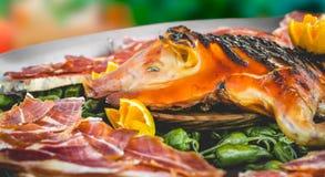 Carne di maiale arrostita deliziosa sul vassoio del metallo Cochinillo Asado, piatto famoso dello Spagnolo immagini stock libere da diritti