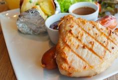 Carne di maiale arrostita e salsiccia Immagini Stock Libere da Diritti