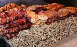 Carne di maiale arrostita ed acciughe fritte Immagine Stock
