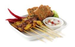 Carne di maiale arrostita satay con salsa sul piatto Immagine Stock Libera da Diritti