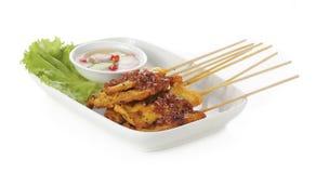 Carne di maiale arrostita satay con salsa sul piatto Fotografia Stock
