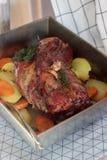 Carne di maiale bollita appetitosa con le patate e le carote, al forno in una pentola della latta Stile rustico Fotografia Stock