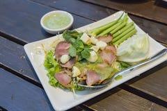 Carne di maiale bollita con la salsa della calce, dell'aglio e di peperoncino rosso Fotografie Stock Libere da Diritti