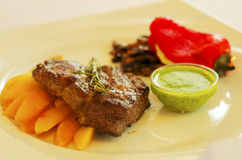 Carne di maiale con le verdure e la salsa fotografia stock libera da diritti