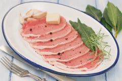 Carne di maiale cruda con la foglia di alloro, il pepe nero e l'aglio Fotografia Stock Libera da Diritti