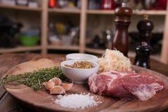 Carne di maiale cruda con le spezie Immagini Stock