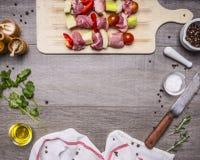 Carne di maiale cruda sui peperoni dolci di uno spiedo, cipolle, pomodori e spezie, con il condimento della salsa di aglio, della Immagine Stock
