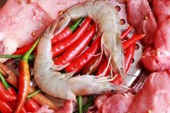 Carne di maiale cruda sul taglio. gamberetto e verdure Immagini Stock