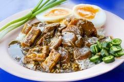 Carne di maiale del BBQ di Khao Moo Daeng sopra riso Alimento tailandese famoso immagini stock libere da diritti