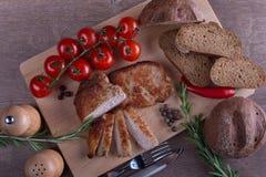Carne di maiale della carne con pane e pomodoro e pepe Fotografie Stock