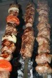 Carne di maiale e kebab dello shashlik e del lulah dell'agnello quasi pronto da mangiare immagine stock libera da diritti