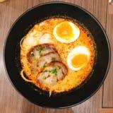 Carne di maiale ed uova in una ciotola di appetitoso fotografia stock
