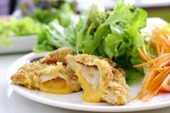 Carne di maiale fritta con formaggio ed insalata Fotografia Stock Libera da Diritti