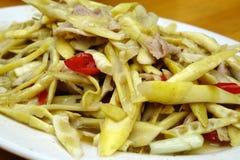 Carne di maiale fritta con i germogli di bambù Fotografie Stock