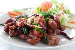 Carne di maiale fritta con l'erba, alimenti tailandesi Fotografia Stock Libera da Diritti
