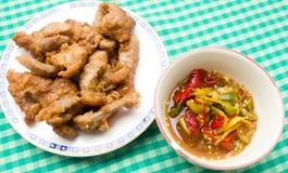 Carne di maiale fritta con salsa Immagini Stock Libere da Diritti