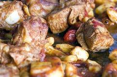 Carne di maiale fritta nel fuoco selettivo della pentola Fotografie Stock