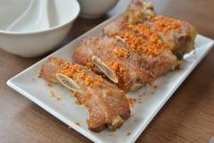 Carne di maiale fritta nel grasso bollente aglio Fotografia Stock
