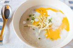 Carne di maiale o poltiglia bollita del riso con le uova à la coque Immagini Stock Libere da Diritti