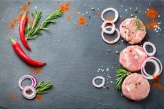 Carne di maiale organica cruda fresca della carne dell'agricoltore pronta per cucinare Fotografie Stock