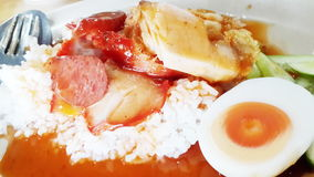 Carne di maiale rossa arrostita col barbecue in salsa con riso fotografia stock