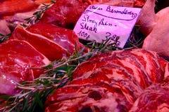 Carne di maiale rossa luminosa che vende sul mercato fotografia stock