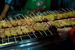 Carne di maiale Satay sulla griglia Fotografia Stock