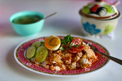 Carne di maiale sopra riso con l'uovo e la salsiccia Immagine Stock
