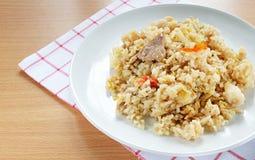 Carne di maiale tailandese di stile dell'alimento con il riso fritto dell'uovo Fotografie Stock