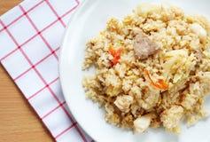 Carne di maiale tailandese di stile dell'alimento con il riso fritto dell'uovo Fotografia Stock