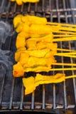 Carne di maiale tailandese tradizionale del pollo che griglia sulla griglia della stufa (Th Fotografie Stock