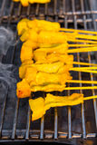 Carne di maiale tailandese tradizionale del pollo che griglia sulla griglia della stufa (Th Immagini Stock