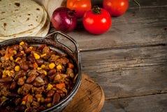 Carne di manzo con salsa al peperoncino rosso messicano tradizionale del piatto Immagini Stock