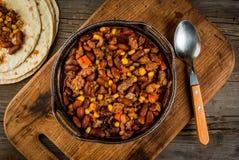Carne di manzo con salsa al peperoncino rosso messicano tradizionale del piatto Immagine Stock Libera da Diritti