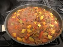 Carne di manzo con salsa al peperoncino rosso, sumptuously caloroso fotografia stock libera da diritti