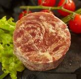 Carne di marmo con i pomodori ciliegia Immagine Stock