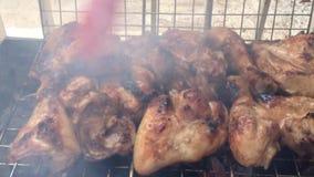 Carne di pollo arrostita di spazzolatura stock footage