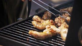 Carne di pollo che cucina su una griglia del barbecue Movimento lento stock footage