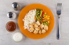 Carne di pollo con riso e le verdure, sale, pepe, salse Fotografia Stock