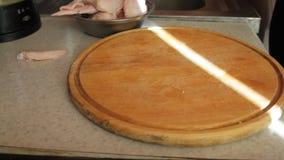 Carne di pollo del cuoco delle mani del ` s degli uomini Il coltello taglia la carne del ` s del pollo su un perno di legno archivi video