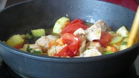 Carne di pollo e verdure di stufatura in pentola closeup archivi video