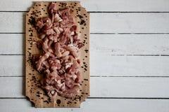 carne di taglio che si trova sullo scrittorio di legno Fotografia Stock