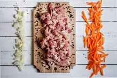 carne di taglio che si trova sullo scrittorio di legno Immagine Stock