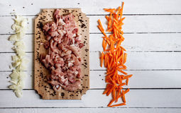 carne di taglio che si trova sullo scrittorio di legno Immagini Stock