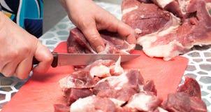 Carne di taglio con un coltello fotografia stock libera da diritti